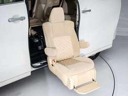 サイドリフトアップシート装着!座席が昇降することにより、ご高齢の方や足の不自由な方でも安心して乗降する事が可能です!また、車いすへのお乗りになる際も広い車外でお乗り換えを行えるため、安心安全な装備です