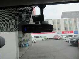 ■ドライブレコーダー■場所を取らないオールインタイプ。フルハイビジョン録画機能により、高精細な映像を記録できます。記録した映像はパソコンなどで確認できます。