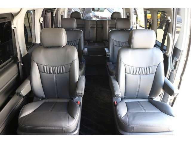 後席キャプテンシート4脚ベンチシート1脚レザーシート搭載!車輌持ち込みにて内装施工出来ます!