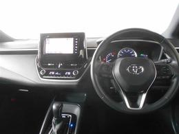 ブラックを基調としたクールなデザインの運転席周り。初めての場所へのお出かけでも安心のメモリーナビが付いています。