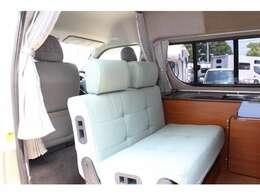 2列目シートは前向き乗車、反転して対面座席としても使用可能です♪