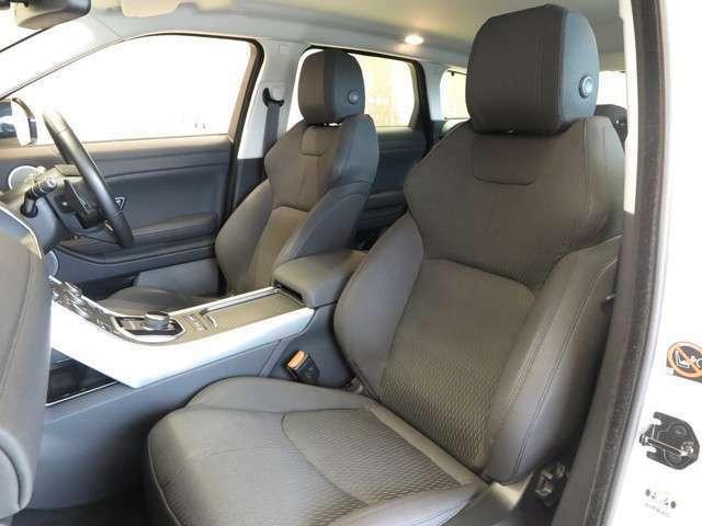 運転席はドライバーをしっかり包み込むように設計されており、長時間のドライブも問題御座いません。また大きな傷や、汚れなどなく綺麗な状態で入庫しています。
