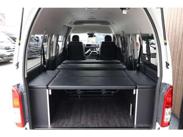 フルフラットベット展開!S-GLシート背面内にウレタンマット搭載につきベットスペースを快適にご利用出来ます!車輌持ち込みにて内装施工出来ます!