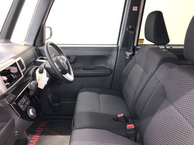 ぜひ一度座って乗り心地を体感してみて下さい。運転席まわりには他にも収納スペースがたくさんあります。運転席と助手席の移動もスムーズです。