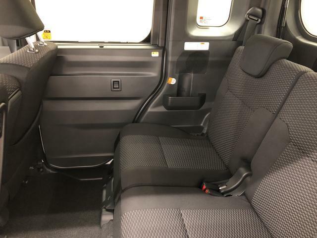 分割で操作できる便利なリヤシート。左右別々にスライドでき、足元を広げたり荷物の量や大きさに合わせて荷室を広げたりできます。また、左右分割でリクライニング&可倒できるので、快適な姿勢で過ごせます。