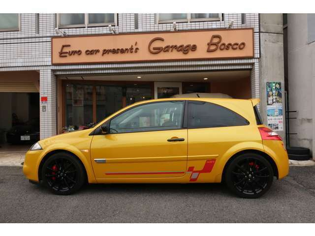 チューニングを施しても真似ができないだろう・・ボディーカラーは、RenaultのイメージカラーであるイエローMのスキッドイエロー!今でいうジョンシリウスメタリックとほぼ同じの雰囲気あるカラーリングだ。