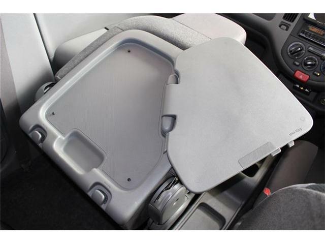 助手席を倒すと簡易テーブルになります♪車内でパソコン作業などもしっかり行えます☆