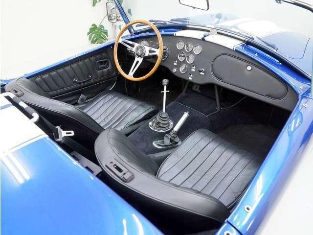 この【SUPER BLOWER】にはモダンな内装デザインも存在しますが、この個体はクラシックデザイン。やはりこちらの方がCOBRAには似合います!ブラックに統一された内装は新車状態を保っています。