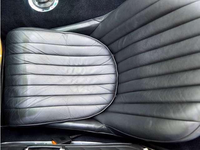 ドライバーズシートの状態は、ご覧の通り非常にキレイで大切に乗られていた事が伺えます。