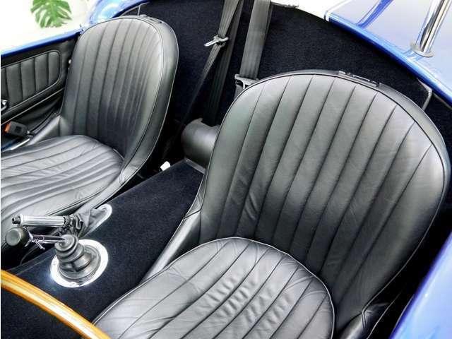 ブラックレザーのクラシックタイプのシートは、乗り心地も良くヘッドレストも付属しています。3点式シートベルトになります。他ヒータも装備していますので冬場の走行も快適です。