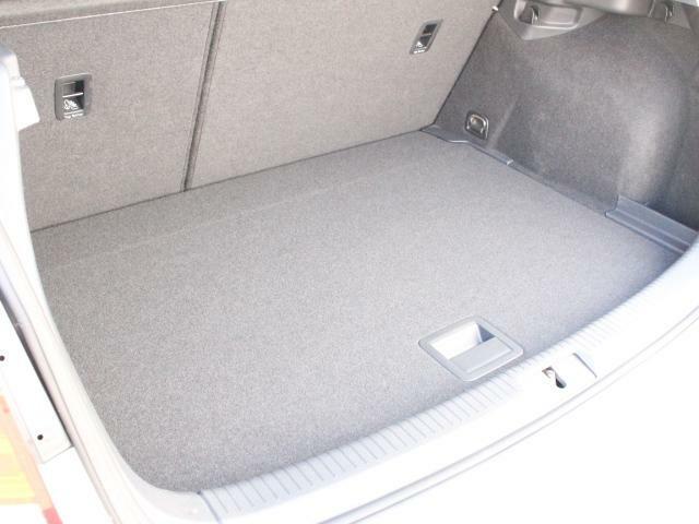 ラゲージルームも広く、簡単に取り外し可能なトノカバーを外すと、背の高めな荷物も車載でき、大変使いやすいです。