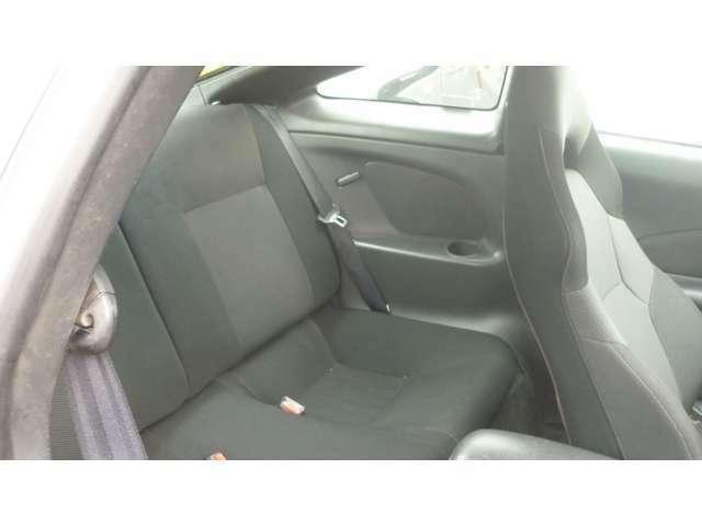 リヤシートも十分に座れますよ。内装はオゾン洗浄しています。