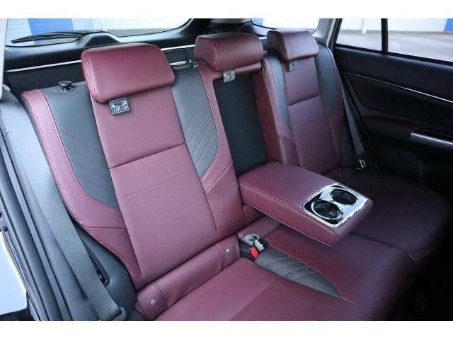 後席も十分な広さを確保してますので同乗者も快適なドライブを