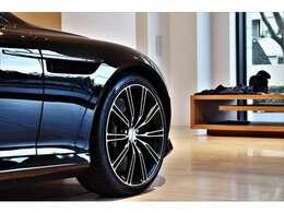 近代アストンマーティンを牽引してきた当車両は今もなお色褪せず、造形、運動性能は勿論、乾いた上品なエキゾースト、クラフトマンシップが息づいたインテリア、五感で味わう全てが特別な時間を演出致します。