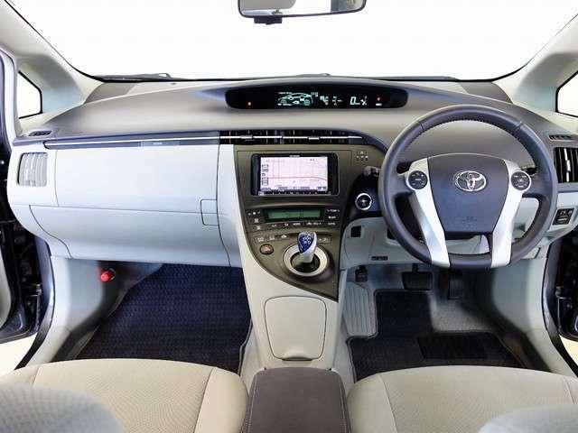 定番ハイブリッドカー/プリウス 平成23年式 走行45000キロ 禁煙車 『S LEDエディション』 専用スェード調シート 革巻ハンドル LEDヘッドライトが付いた特別仕様車となります