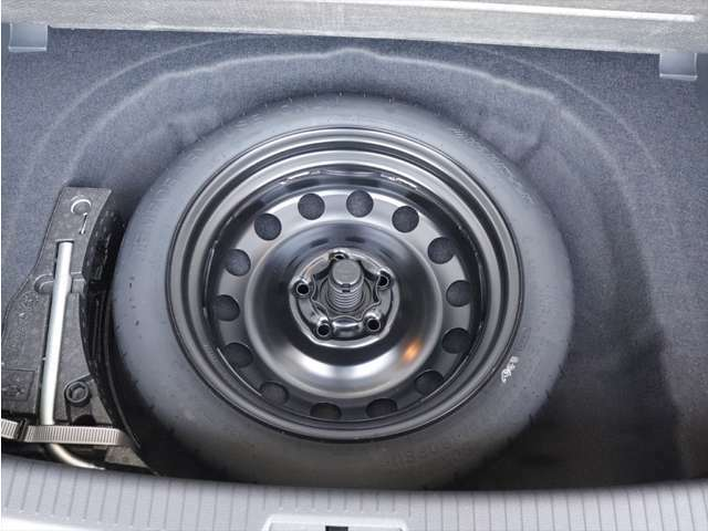 スペアタイヤも装備です。