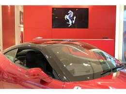 ボディーカラーはスペシャルカラーのロッソカリフォルニア(1,119,000円)、ツートンエクステリア仕様(681,000円)