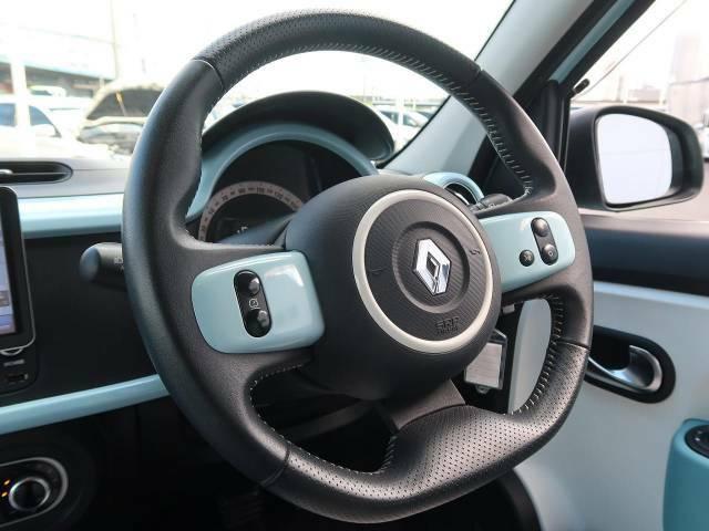 ●革巻きステアリング『高級感溢れるコックピットは運転を視覚的にも楽しませてくれます!』