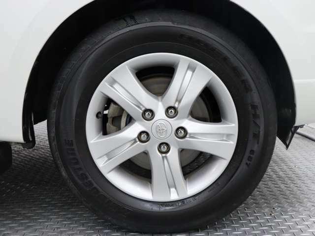 純正アルミ付き。洗練されたデザインが車両本体を引き締まった印象にしてくれます。