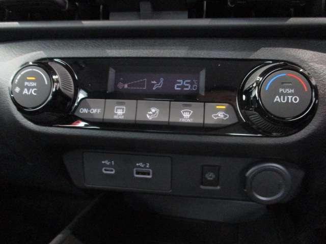 フルオートエアコン☆暑い夏も寒い冬も快適にカーライフをお過ごしください♪Qi規格対応スマートフォンのワイヤレス充電器をセンターコンソールに装備☆USBコードを接続することなく手軽に充電を行えます☆