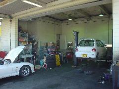 お客様の大切な愛車をメンテナンスする、 自社整備工場です。