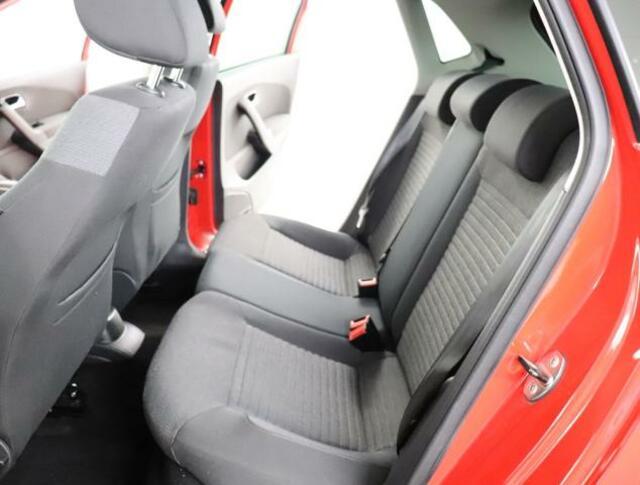 ★しっかりと堅めのシートで体を支えてくれます。後部座席も適度なタイト感と圧迫感を感じないシートになっております。