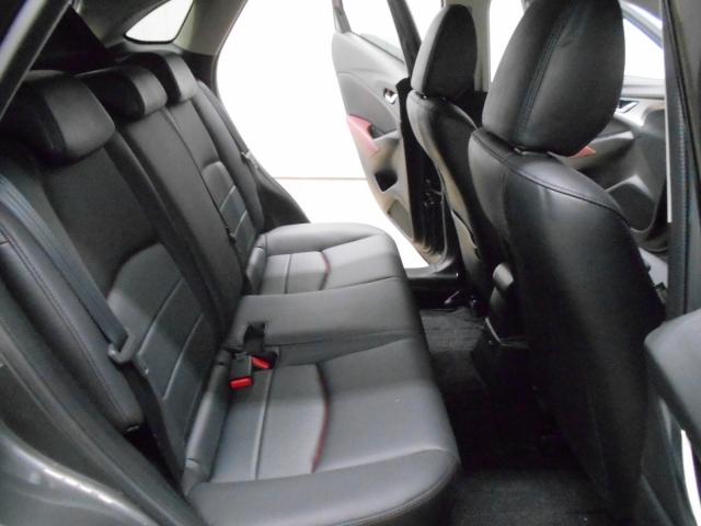 意外と見た目より広く座れるんです!足元も大人の方が乗ってもゆったり出来ます!視界も確保しやすく、長時間のドライブでも酔いにくくなっております!もちろん足元に荷物を置く事も可能です!