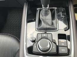 運転席と助手席の間に装着されているコマンダースイッチで前面モニターの操作が可能です
