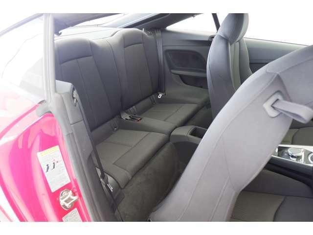 後席は前席を倒して乗車します。前席のレバーを引く事でシートを倒し後席に乗車します。後席の乗車は二人です。
