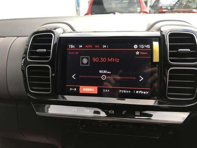 ダッシュボードの中央にはアップルカープレイとアンドロイドオートに対応した8インチのタッチスクリーンが備わっています 左右独立調整オートエアコンや車両設定を画面で操作します