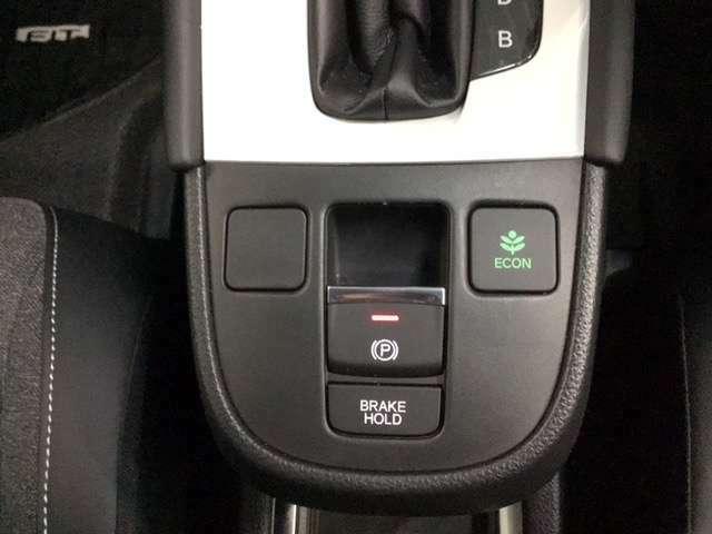 ブレーキホールド操作で停車時はブレーキペダルを踏み続ける必要がなく、解除はアクセルを踏むだけ。楽に運転できますよ。