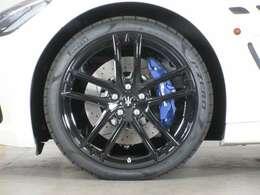 20インチMCデザインブラックグロスホイールが装着され、ブレーキキャリパーはマットブルーペイントが施されています◆
