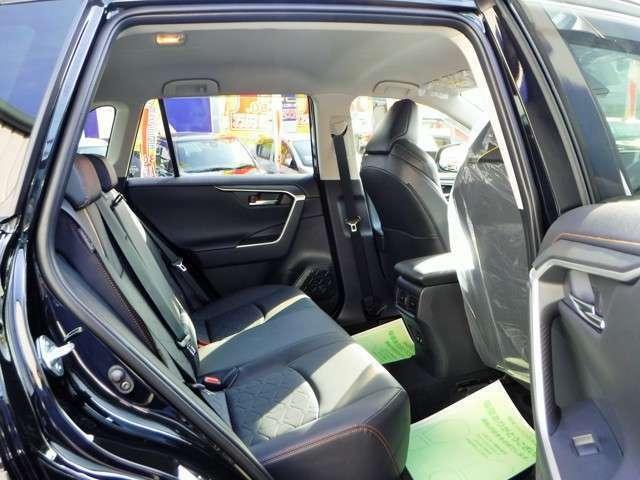 後部座席も広々快適にご利用できます。センターにはドリンクホルダー付きアームレストが装備で、USB充電も装備です!嬉しい装備ですね^^(0066-9711-204819)ネット担当の前田まで電話お待ち致しております。