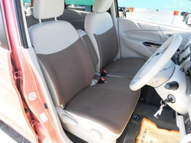 フロントシートはセンターアームレスト付きのベンチシートです。運転席はシートヒーター付き。