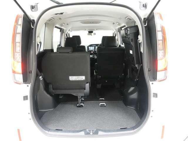 サードシートを跳ね上げればフロアスペースを有効に活用できます。