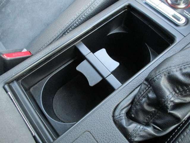 スライドオープン式のカップホルダーです。ドリンクの収納の他、小物入れとしても活用出来ます。