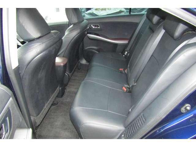 後席はご覧の通りの広さです!足元、ヘッドクリアランスともに余裕がございます。