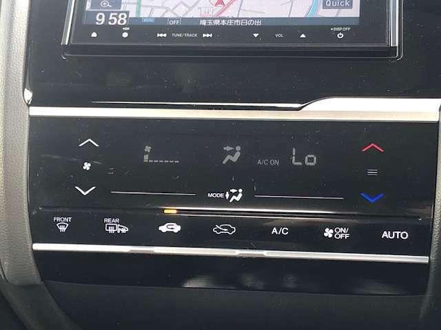 自動で温度調整をしてくれるオートエアコン装備しております。
