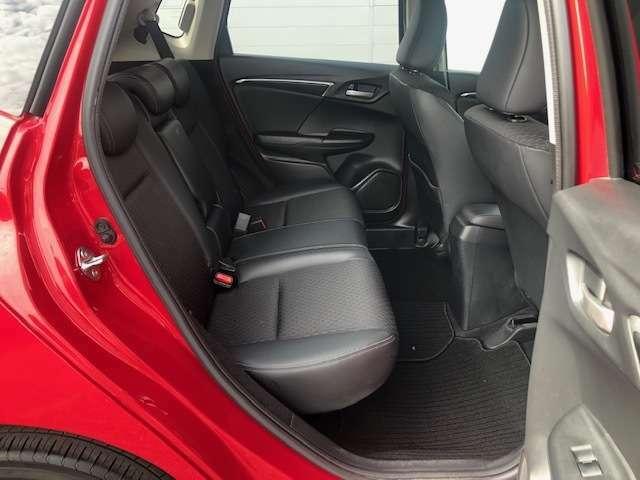 後席もゆったり広々と設計されており、長時間のドライブも程よい空間で快適にお過ごしいただけます。