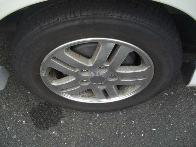 タイヤは山がありますがひび割れがすごいので交換いたします