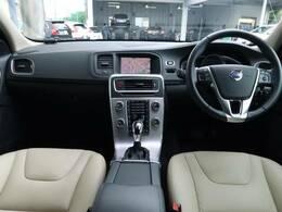 リアシートエンターテインメント付きのS60 T3 SEが入庫致しました!内装は白色で開放感があり、リアシートにはモニターも装備しており、後部座席の方もゆったり乗っていただけます!