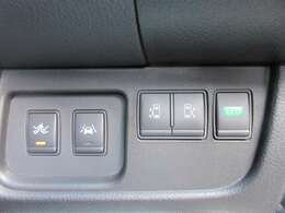 両側パワースライドドア機能&エマージェンシーブレーキ&レーンキープ機能付き♪ 運転席手元にスイッチがついており、操作性もよく人気の装備になります♪