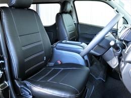 運転席、助手席共にFLEXオリジナル黒革調シートカバーを装着しており、車内が落ち着いた印書となっております。
