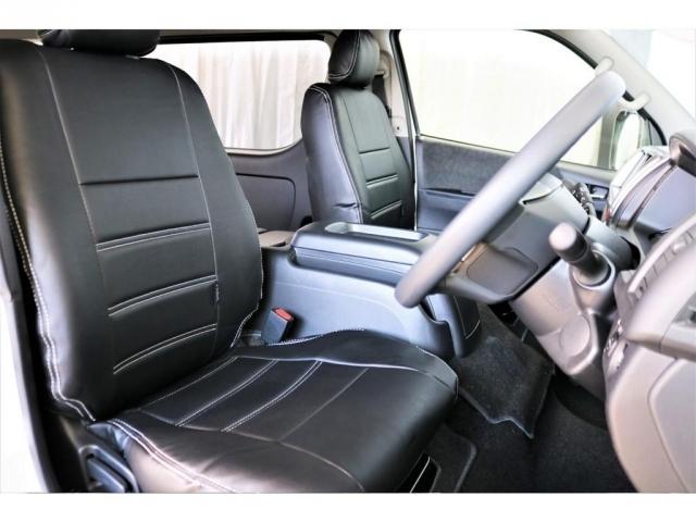 フロントシートは車幅が広いこともありゆったりとした作りになっております。
