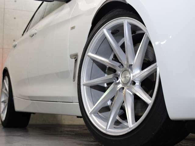 アルミホイールは社外19インチで、タイヤはYOKOHAMAになります。アイバッハサス装備です。