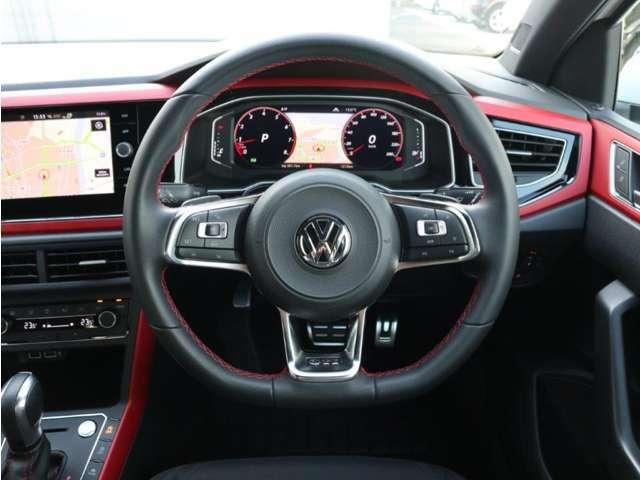 マルチファンクションステアリングには前車追従機能のボタンやオーディオの音量、選局等のボタンも付いています。操作も楽々行えます。