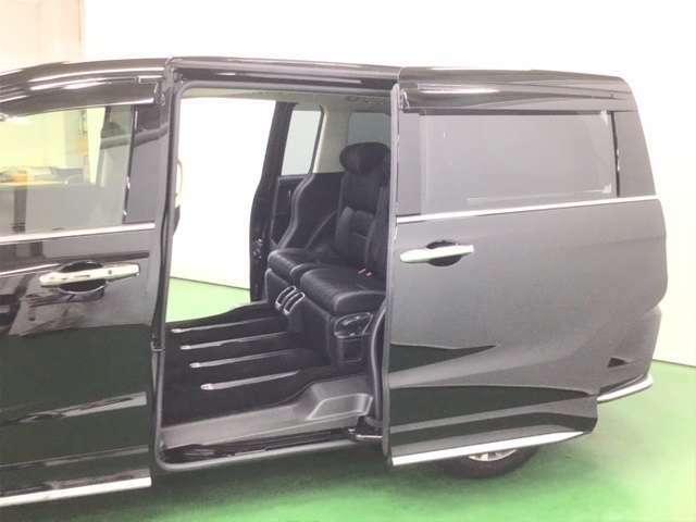 大きく開いて低い床で乗り降りしやすいスライドドアです。便利でうれしい電動スライドドア(リア両側)仕様車