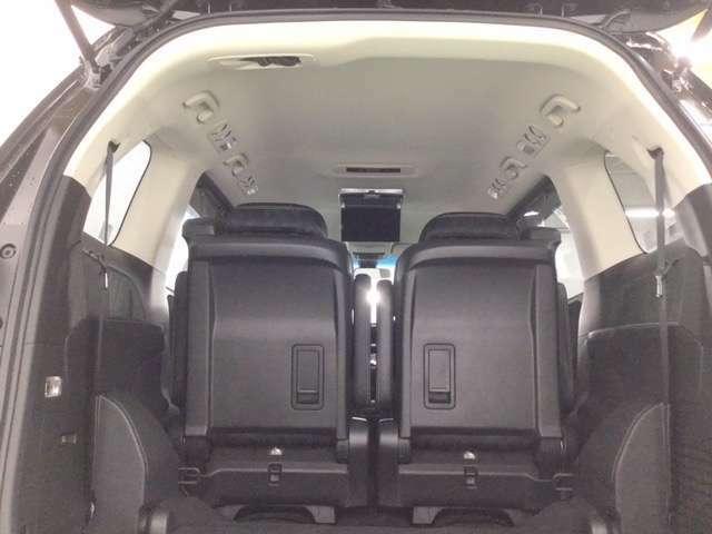 乗った人全員が快適に過ごせる頭上空間。      ※後席用フリップダウンモニター装備