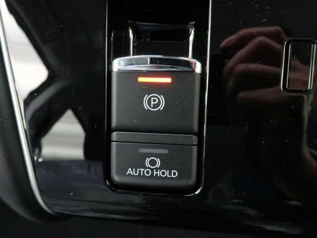 電動パーキングブレーキ&オートブレーキホールド☆シフトに連動してブレーキがかかり、アクセルを踏むと解除されます♪また、ブレーキをホールドする機能も付いてますので渋滞時に活躍してくれますね♪
