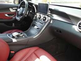 ブラック×レッドを基調とした車内にブラックアッシュウッドインテリアトリムが採用されています!メルセデス・ベンツ特有の高級感を存分に堪能して頂けるインテリアになります!TEL:047-390-1919